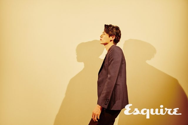 남색 턱시도 재킷 159만원, 감색 셔츠 59만8000원, 검은색 바지 69만8000원 모두 김서룡 옴므.