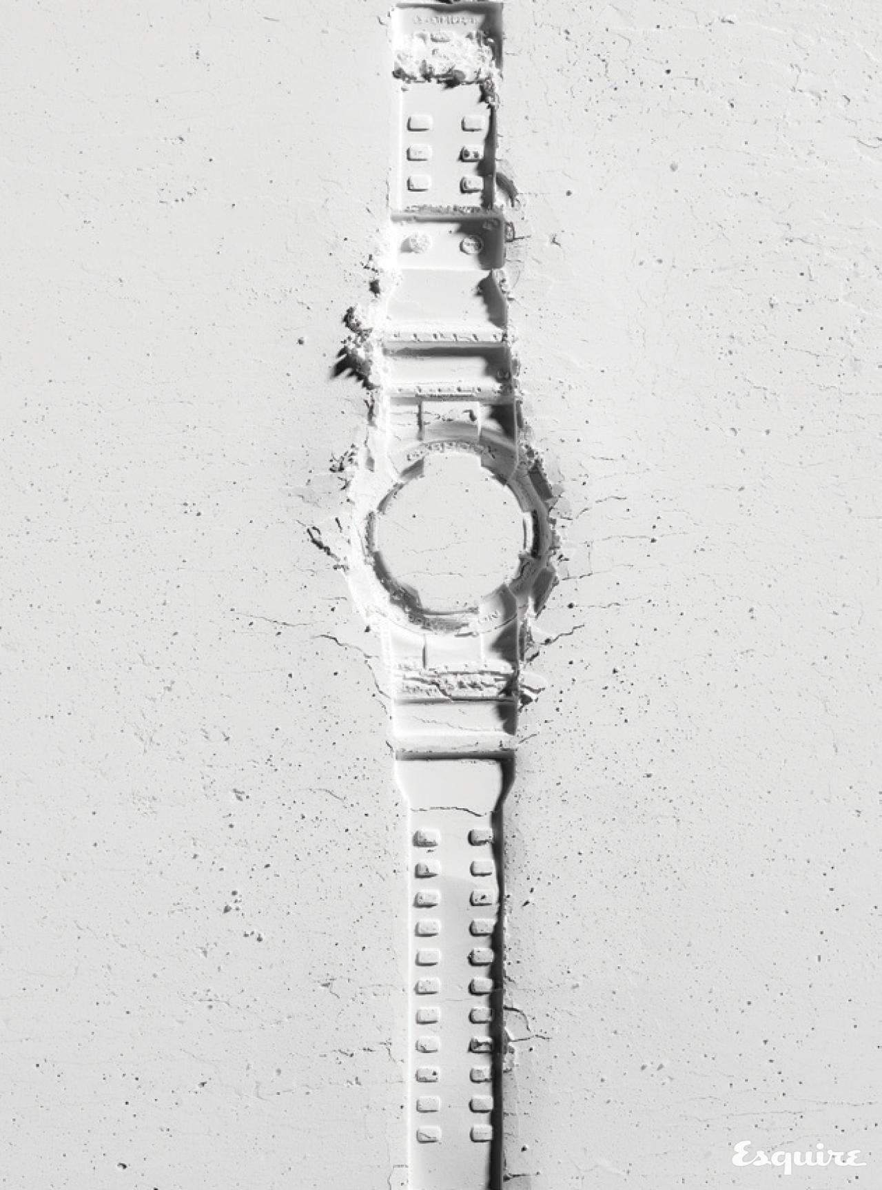 시간과 날짜, 요일이 함께 표시되고 알람과 라이트 기능까지 갖춘 흰색 손목시계. 21만원 지샥.