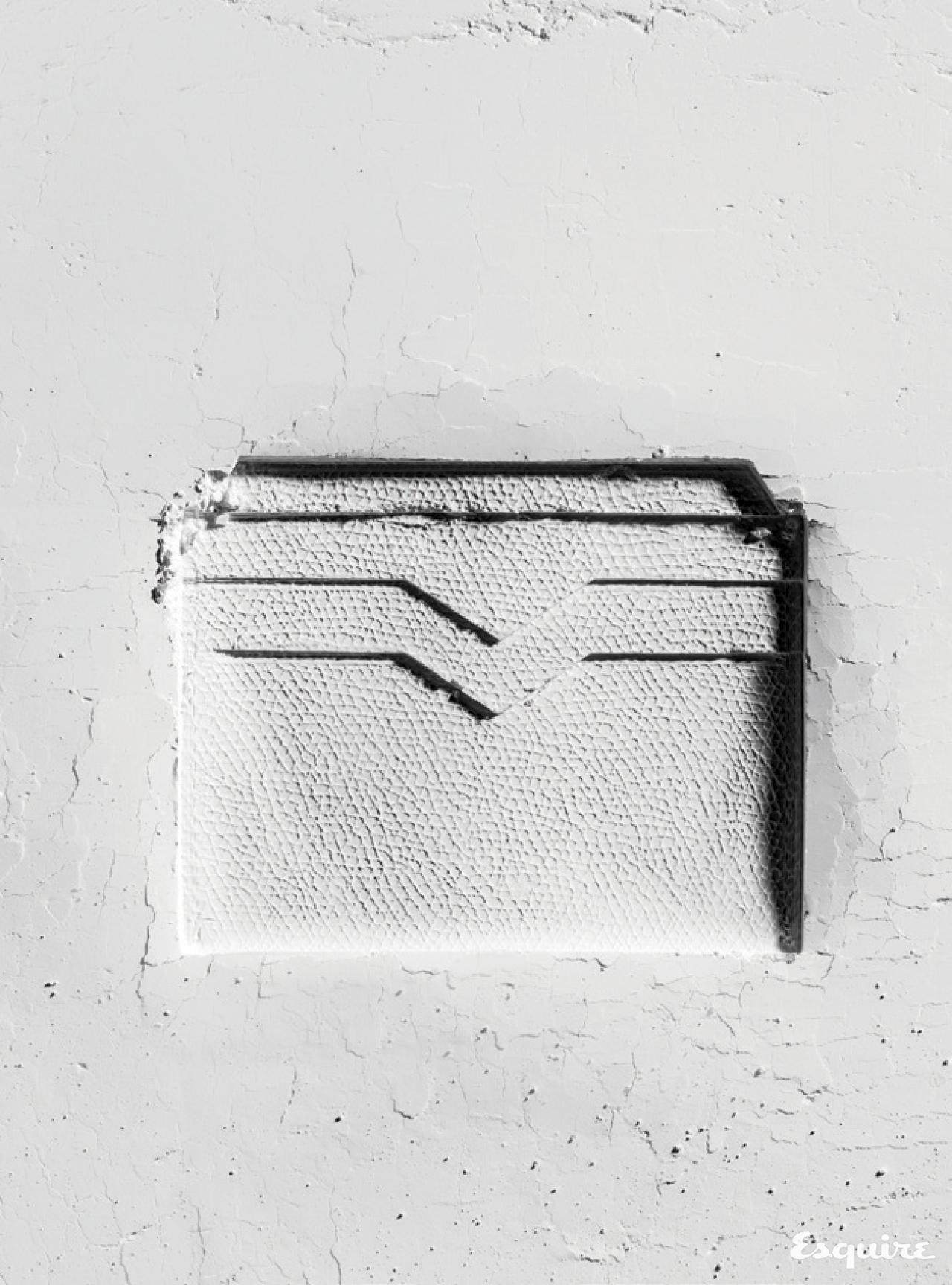 송아지 가죽으로 만든 흰색 카드 지갑. 30만원대 발렉스트라.