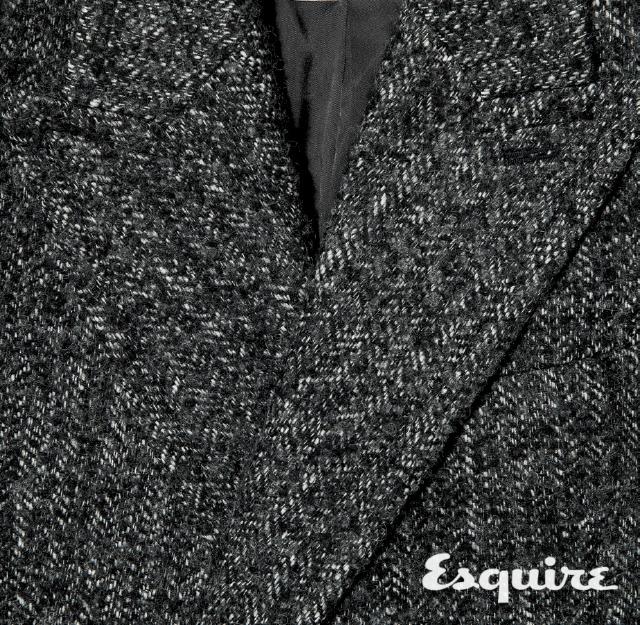 <strong>TWEED</strong><br/>트위드는 300년 동안 남자 옷에 두루 사용해왔다. 표면이 거칠고 투박해서 소박해 보이지만, 그래서 더 진중한 멋이 난다. 세월이 갈수록 그 멋이 깊어져 그 어떤 코트보다 오래 입을 수 있다. 코트 180만원대 김서룡.