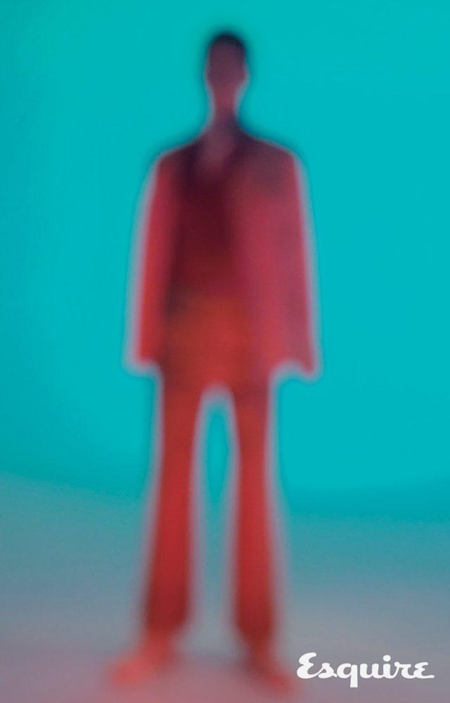 분홍색 셔츠 36만원, 베이지색 바지 40만원 모두 오디너리 피플. 빨간색 니트 가격 미정 디올 옴므. 스카프 가격 미정 보테가 베네타. 하얀색 더비 구두 가격 미정 발렌티노.