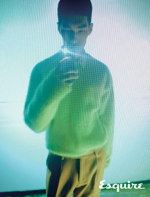 노란색 앙고라 스웨터 35만6000원 에이치에스에이치. 겹쳐 입은 흰색 재킷 가격 미정 발렌티노. 갈색 바지 75만원 에트로.