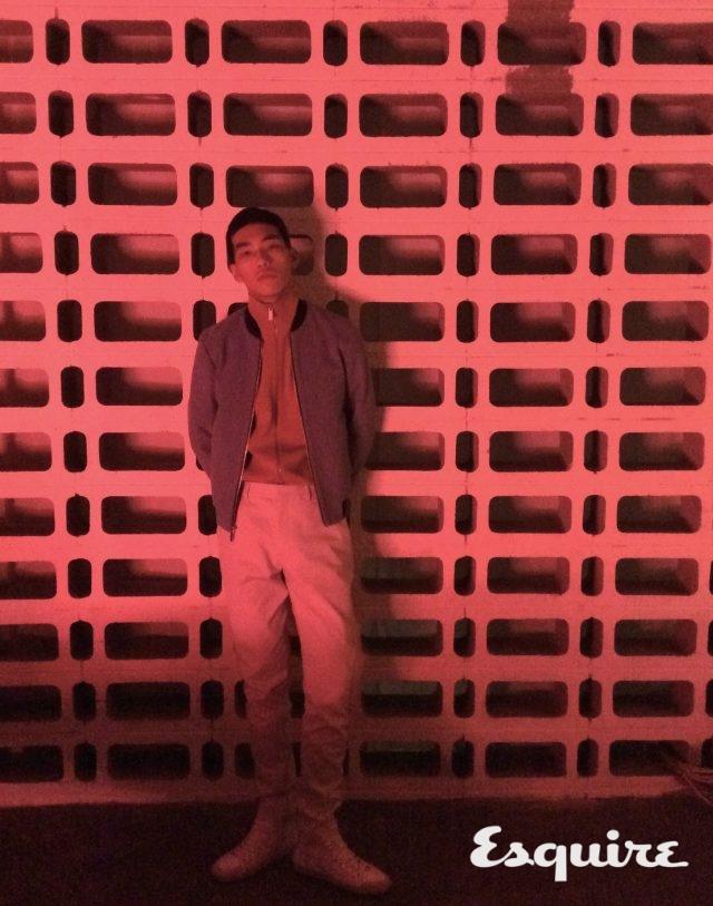 하늘색 재킷 119만원 캘빈클라인 플래티늄. 주황색 집업 재킷, 흰색 바지 모두 가격 미정 코스. 흰색 하이톱 스니커즈 가격 미정 생 로랑.