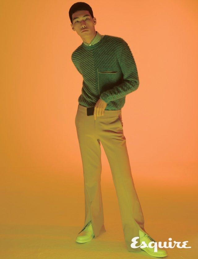 하늘색 스웨터 91만원 펜디. 체크 셔츠 71만원 구찌. 분홍색 바지 가격 미정 우영미. 흰색 더비 구두 가격 미정 발렌티노.