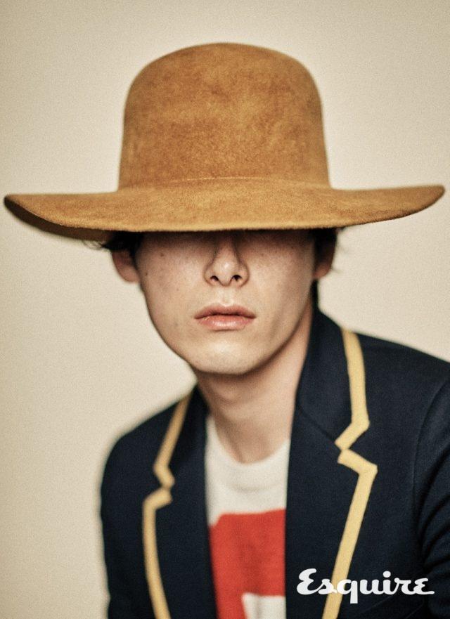 재킷 297만원, 니트 톱 87만원, 모자 52만원 모두 구찌.