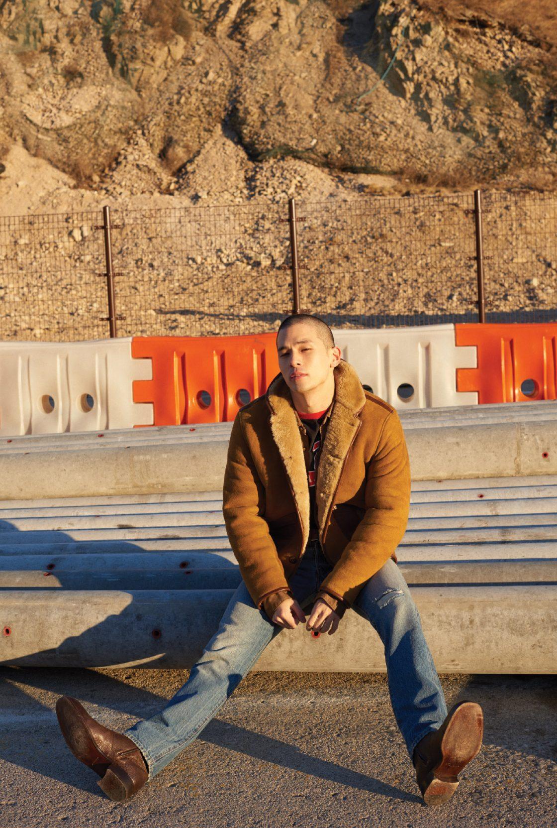 무통 재킷 175만원 YMC. 웨스턴 셔츠 21만5000원 올세인츠. 티셔츠 에디터 소장품. 청바지 32만9000원, 갈색 가죽 벨트 6만9000원 모두 리바이스. 갈색 앵클부츠 가격미정 톰 포드.