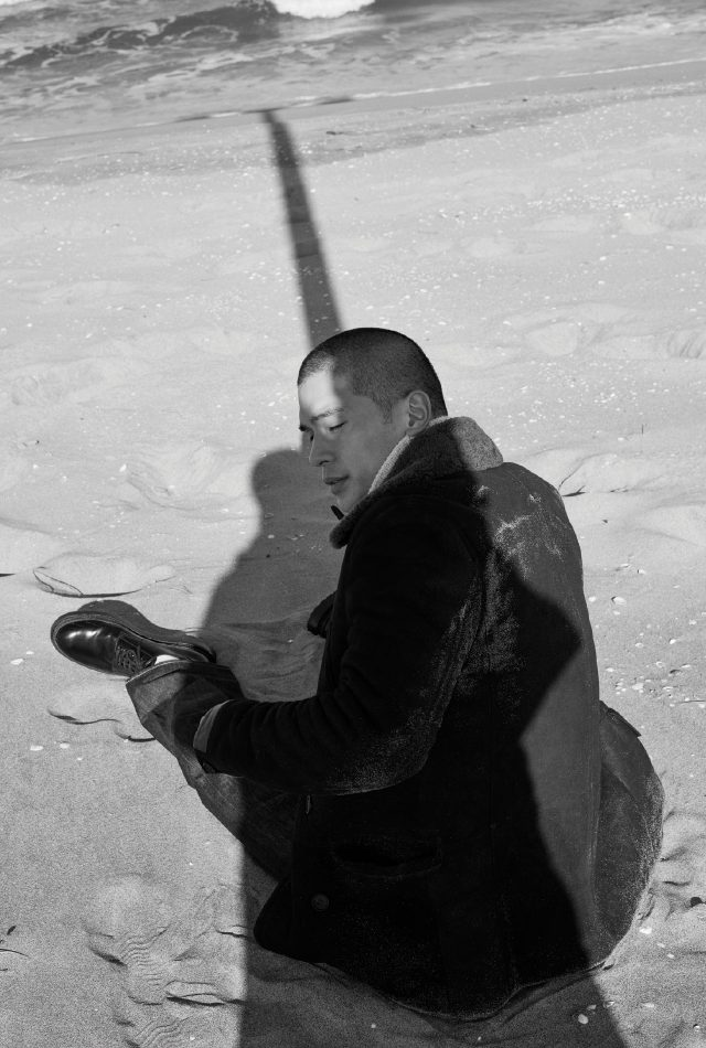 무통 코트 가격 미정 올세인츠. 터틀넥 스웨터 랄프 로렌 퍼플 라벨. 청바지 32만9000원 리바이스. 더비 구두 가격 미정 루이비통.