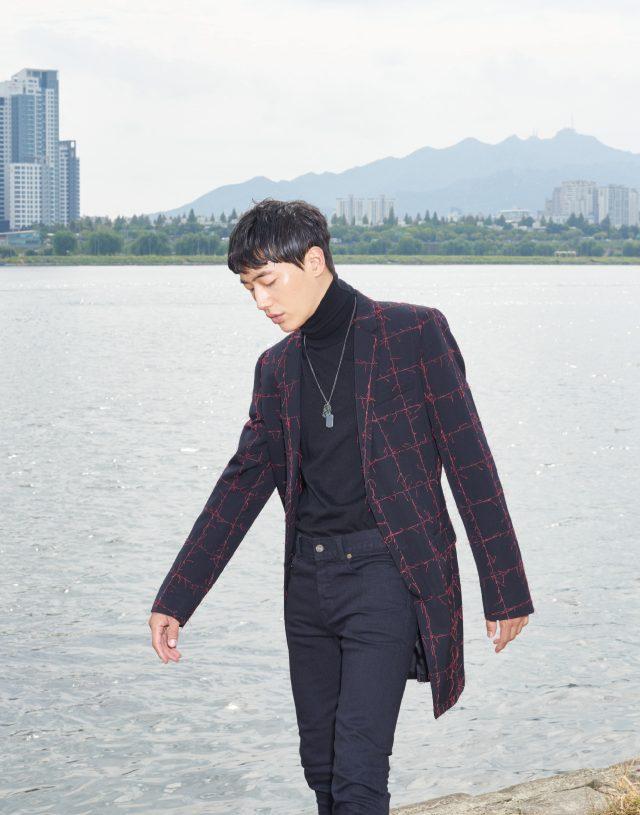 267스티치 자수 코트, 검은색 터틀넥 모두 가격 미정 디올 옴므. 블랙진 60만원대 생 로랑. 체크무늬 목걸이 가격 미정 보테가 베네타.