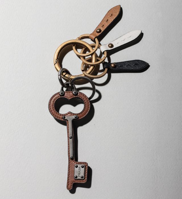 열쇠 모양 장식에서 위트가 느껴진다. 가격 미정 프라다.