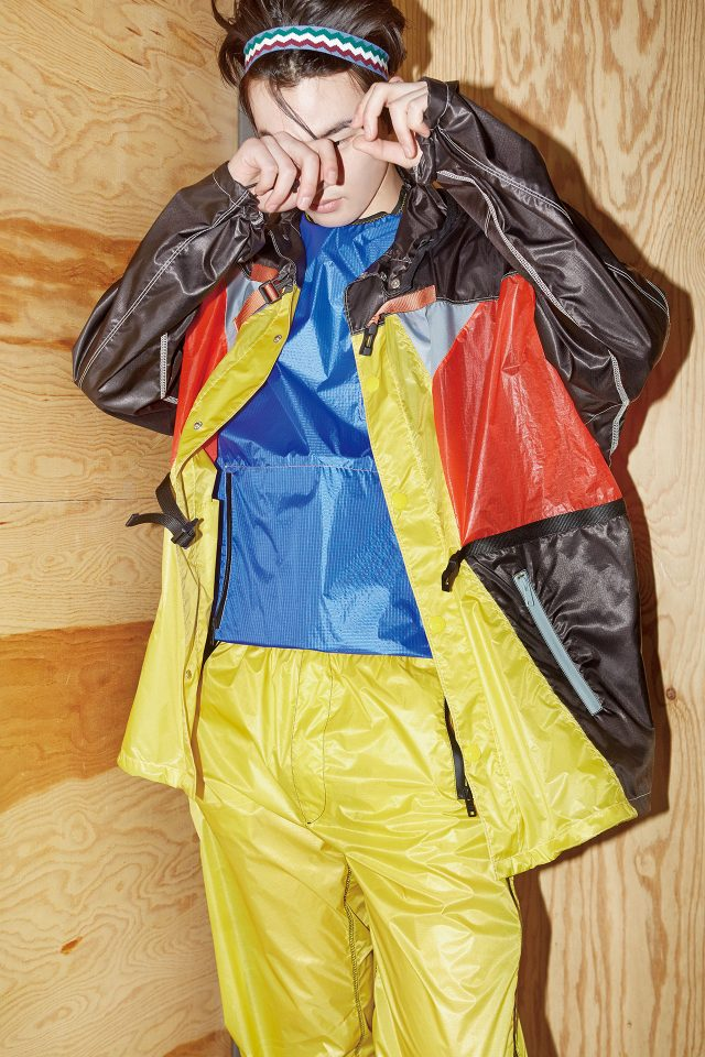 컬러 블록 아노락, 파란색 조끼, 노란색 바지, 헤드밴드 모두 가격 미정 프라다.