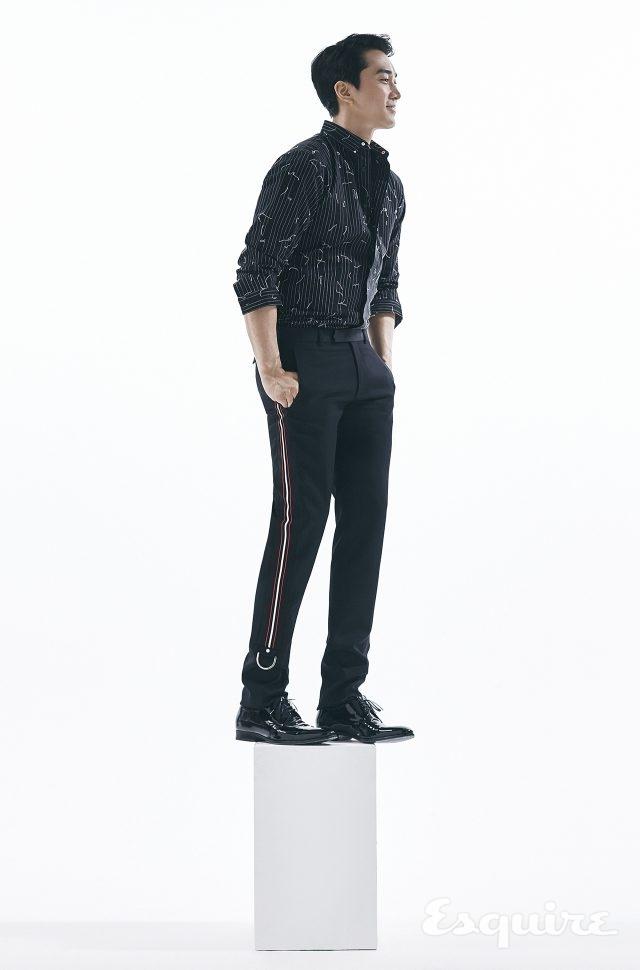 줄무늬 셔츠, 검은색 바지, 페이턴트 레이스업 슈즈 모두 가격 미정 디올 옴므.