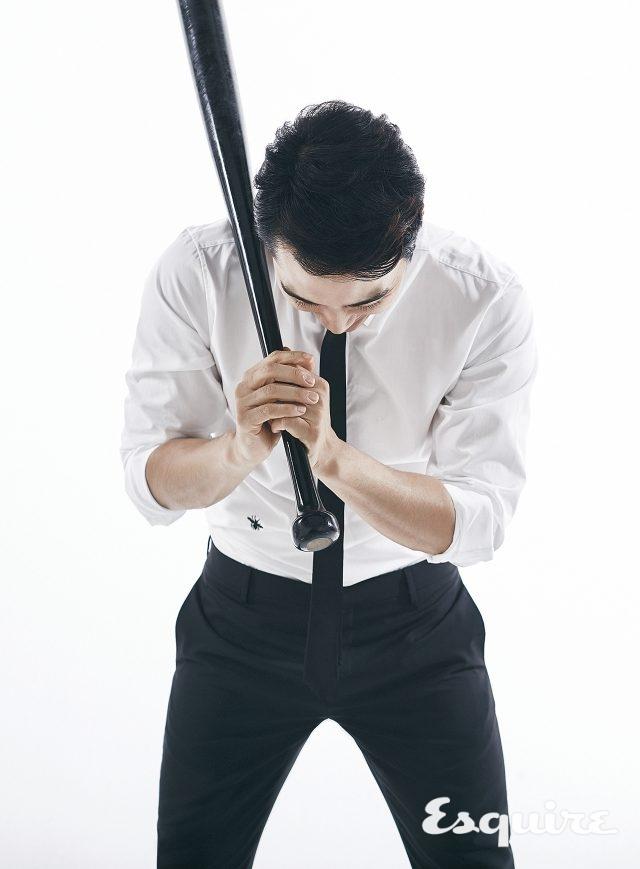 흰색 셔츠, 타이, 검은색 바지 모두 가격 미정 디올 옴므.