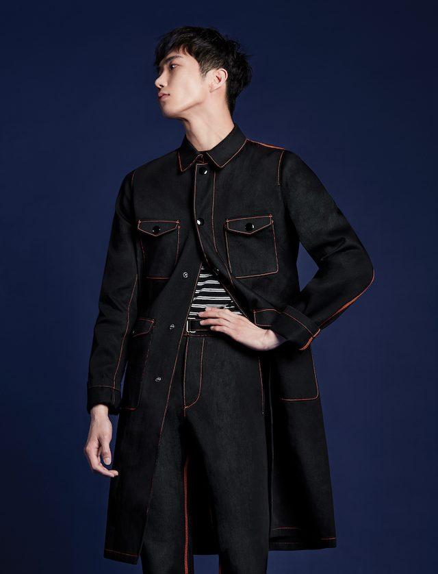 블랙 데님 코트, 바지 모두 가격 미정 프라다. 줄무늬 니트 톱 가격 미정 산드로 옴므.