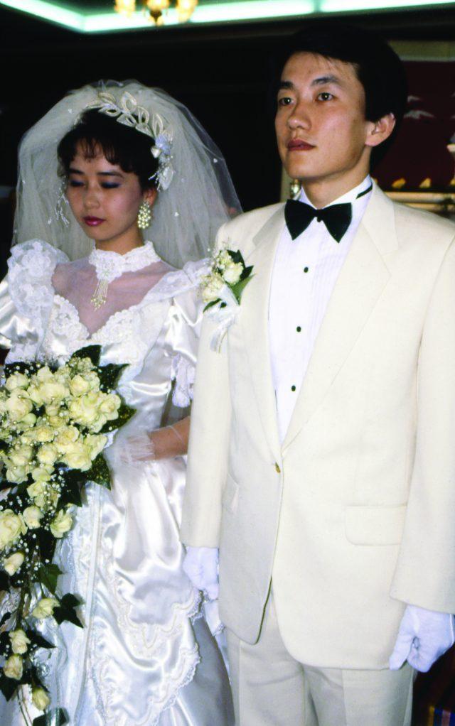 1987년, 여섯 살 연하의 MBC 아나운서 후배인 신현숙과 결혼했다.