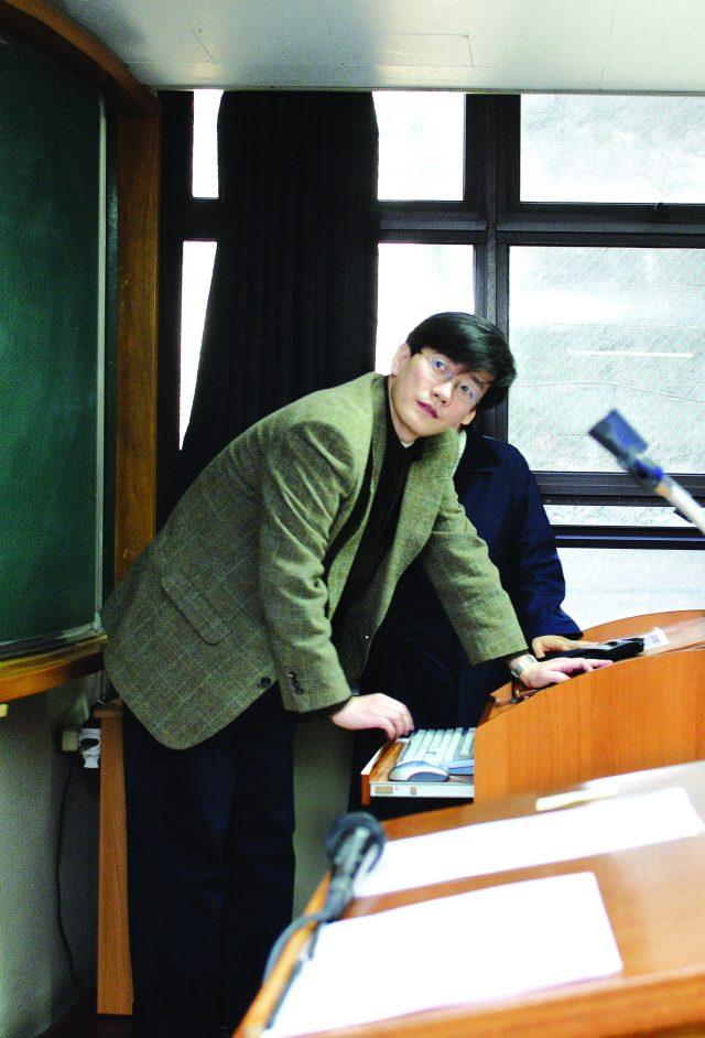 2006년 4월, 성신여자대학교 교수 시절 강의를 준비하는 손석희.
