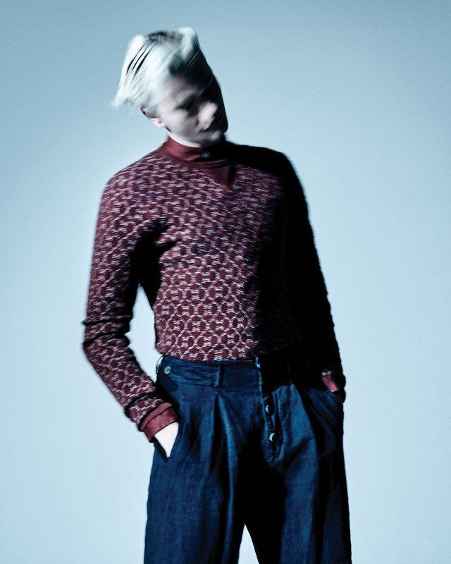 붉은색 니트 톱, 스탠드칼라 셔츠, 리넨 바지 모두 가격 미정 조르지오 아르마니.