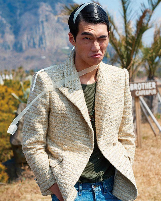 등에 끈과 진주가 달린 트위드 재킷 가격 미정 윈도우00. 민소매 톱 가격 미정 드리스 반 노튼. 청바지 12만9000원 리바이스. 비즈 목걸이 가격 미정 발렌티노.