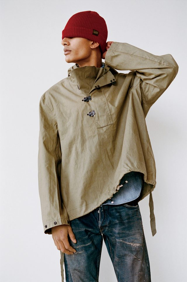 시간의 시험 닉 설리번이 구매한 것과 동일한 스타일의 재킷. 낡은 빈티지 재킷은 사서 입는다고 더 낡지 않는다.1942년식 악천후용 미군 후디 가격 미정 엣시. 셔츠 98달러 제이크루. 청바지 가격 미정 패브릭 브랜드 앤 코. 비니 45달러 필슨.