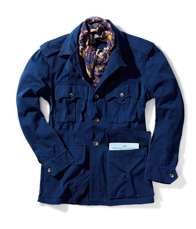 흠 잡을 데 없는 빈티지이 필드 재킷은 몇십 년 전 만들어져 사용되지 않고 있던 원단을 재단해서 만들었다. 재킷 800달러 산토리아 자차린 by 이랄 55. 스카프 255달러 드레이크스.