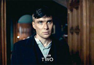 칼라 없는 셔츠와 킬리언 머피. 제1차 세계대전 직후를 배경으로 한 영국 범죄 드라마 의 두 주인공.