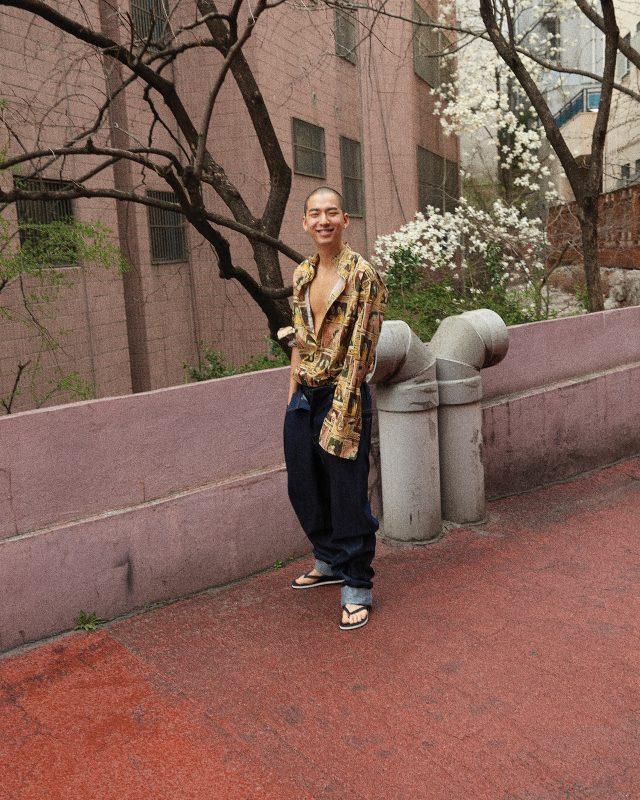 헨리 무어의 '프레임드 헤드'가 프린트된 셔츠 64만원 버버리. 데님 오버사이즈 바지 79만원 준지. 바지 안에 입은 타이츠 6만9000원 아디다스 퍼포먼스. 플립플롭 가격 미정 루이비통