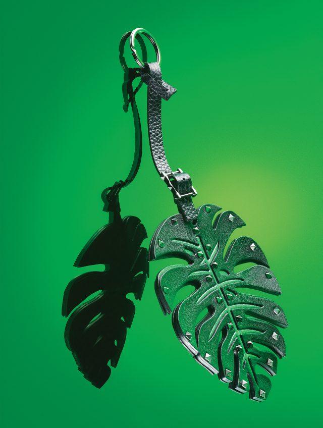 VALENTINO GARAVANI - Bag Charm열대 나무의 크고 널찍한 잎을 형상화했다. 트라이벌풍의 잎 모양엔 발렌티노의 상징 같은 디테일, 스터드를 장식했다. 잎은 소가죽을 3겹으로 층층이 쌓아 만들어 묵직할 만큼 단단하다. 이걸 매일 드는 가방에 달면, 순식간에 새로워진다. 58만원.