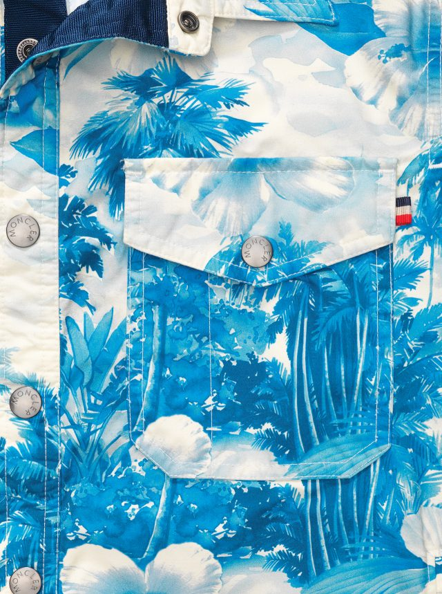 MONCLER - Shirt Jacket몽클레르의 트리옹페는 두 개의 가슴 포켓이 있는 테크니컬 나일론 소재 셔츠 재킷이다. 이번엔 하와이안 프린트로 호기롭게 뒤덮었다. 울창한 야자수 숲이 마치 파란색 물감으로 세밀하게 그린 수채화처럼 쾌청하다. 132만원.