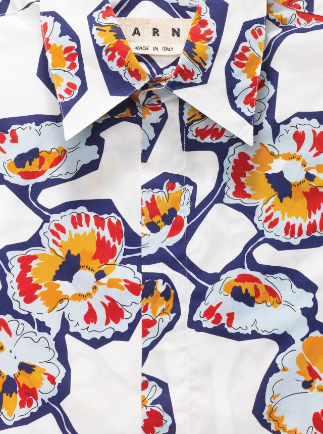 MARNI BY 10 CORSO COMO - Printed Shirt단숨에 그린 선에선 펜촉의 속력과 팔목의 가벼운 움직임이 느껴진다. 곡선은 듬성듬성 이어져 하나의 꽃을 이룬다. 꽃잎은 가뿐하게 채색됐다. 셔츠 색은 캔버스처럼 말간 흰색이다. 어느덧 셔츠가 그림이 됐다. 93만원.