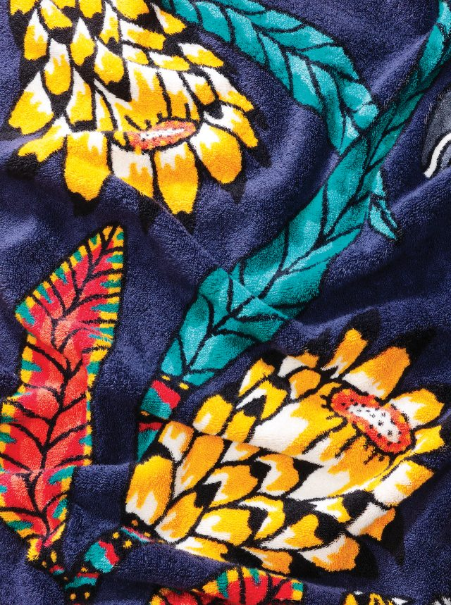 HERMÈSBeach Towel야생동물과 정체가 궁금한 식물. 사바나 열대 초원의 어떤 순간에 관한 그림을 비치 타월에 그려 넣었다. 직설적인 색과 평면적이지만 역동적인 그림체. 아프리카 예술 그룹 아드모어의 작품이다. 몸을 덮으면, 사바나가 가까워진다. 가격미정.