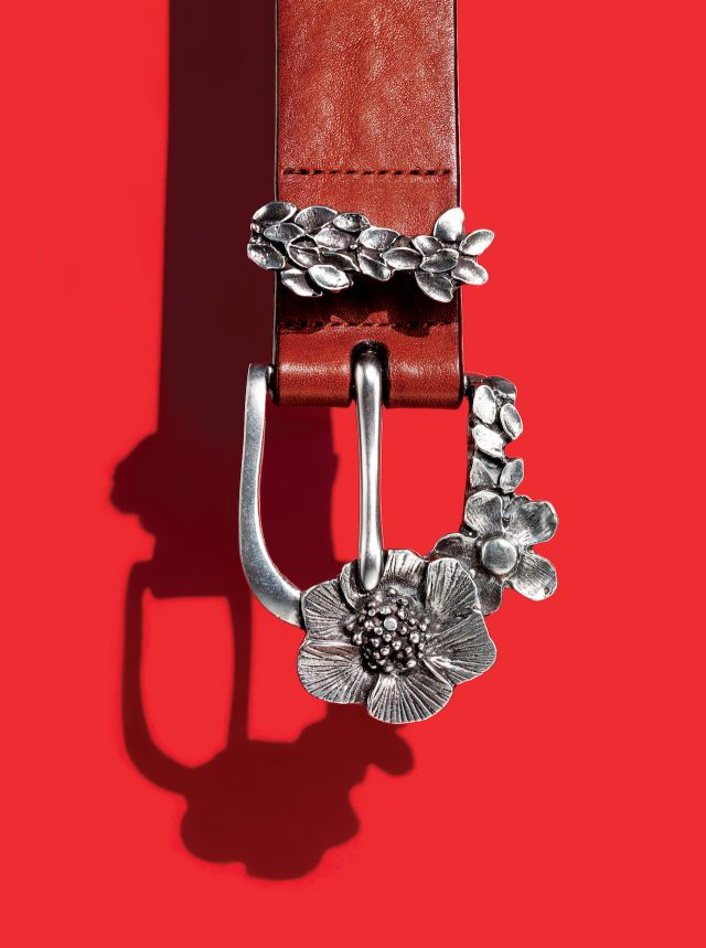PAUL SMITH - Leather Belt이 벨트를 보면 폴스미스가 사물을 바라보는 어떤 관점이 드러나는 것 같다. 평범하기 짝이 없는 가죽 벨트에 브랜드의 상징, 양각으로 꽃을 새긴 버클과 키퍼를 달았다. 버클을 감싼 듯한 모양은 전형적인 폴스미스식 유머. 가격 미정.