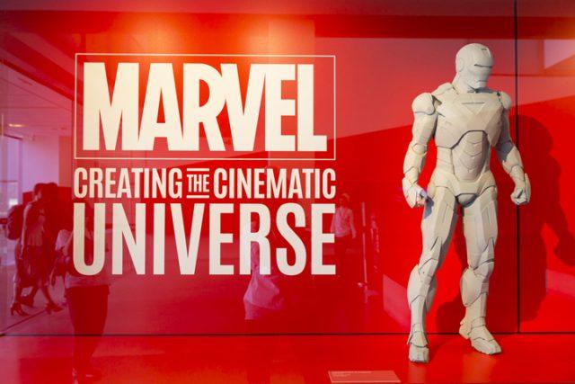 전시는 마블 시네마틱 유니버스의 키맨인 아이언맨의 모듈과 삽화로 시작된다.