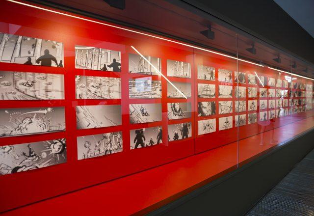 마블 시네마틱 유니버스(MCU)의 꽃 은 3편의 영화로 제작되었다. 프랍, 의상, 컨셉 아트, 영화 클립 등이 만화, 인포그라픽스와 함께 전시되고 있다.