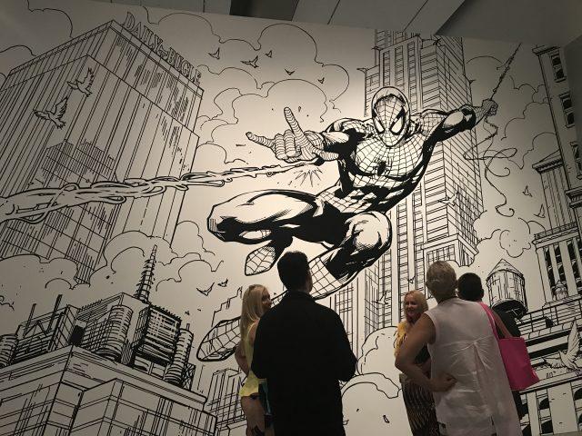 호주 아티스트 웨인 니콜스Wayne Nichols가 뉴욕을 배경으로 그린 대형 벽화(8x5m). 1962년에 탄생한 스파이더 맨은 (2016) 등에서 MCU의 히어로들과 합류했다.