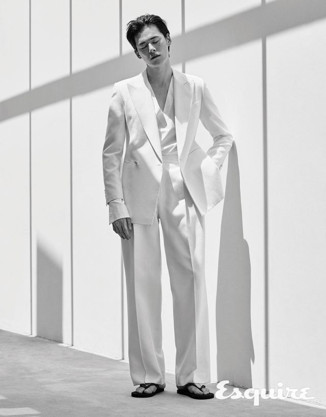 재킷 169만8000원, 셔츠 59만8000원, 바지 79만8000원 모두 김서룡. 플립플롭 에디터 소장품.
