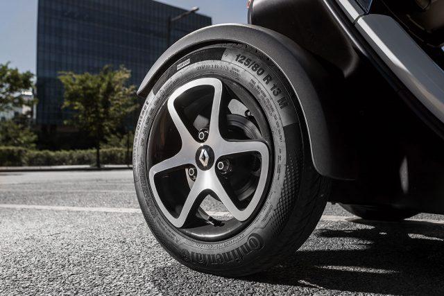 단순한 디자인의 휠과 전용 사이즈 타이어를 달았다. 비율이 좋다. 매력적이다.