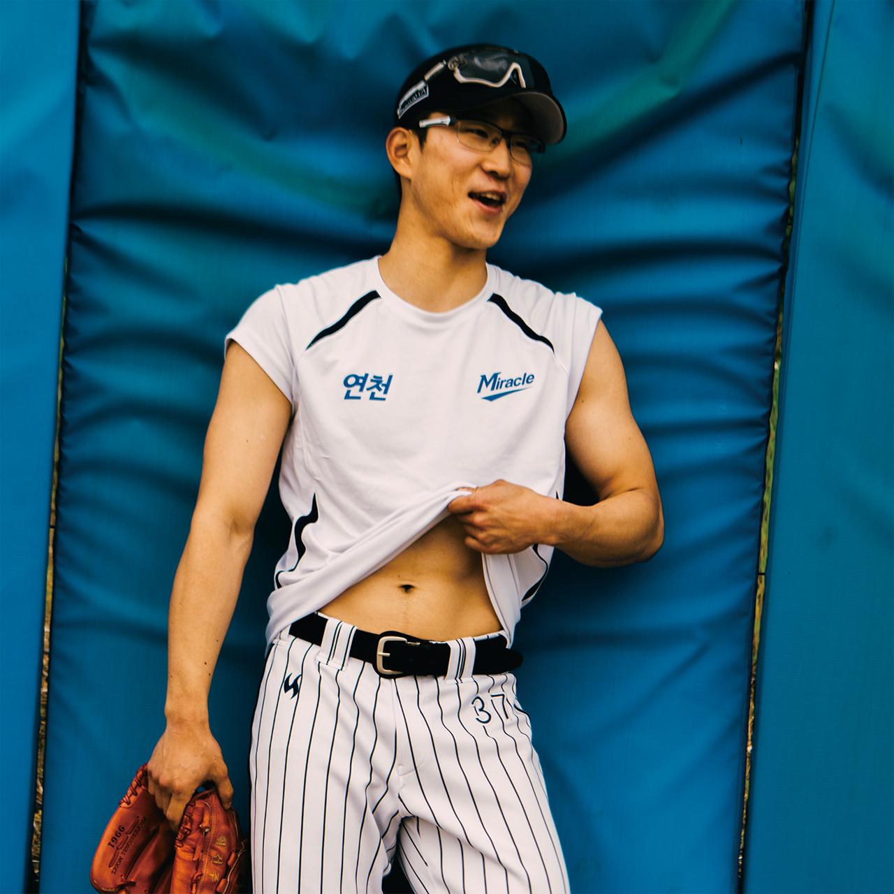 """<strong>황건주(59번, 1989년생), 투수</strong><br/>""""투구 폼을 연습하고 트레이닝해서 생각한 대로 됐을 때가 가장 좋습니다. 야구도 중요하지만 인성도 중요해요. 야구에 대한 열정이 있는 진지한 선수로 기억되고 싶습니다."""""""