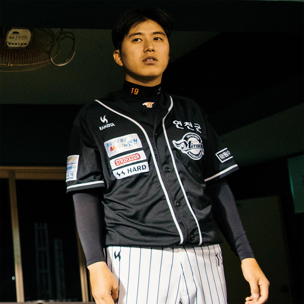"""<strong>허유강(19번, 1986년생), 투수</strong><br/>""""용기를 내서 연천 미라클에 들어왔어요. 제가 야구를 계속하기를 바라는 분이 많아서 그분들을 생각하며 합니다. 야구하면서 실보다 득이 많았어요. 열심히 살았던 친구로 기억되고 싶습니다."""""""