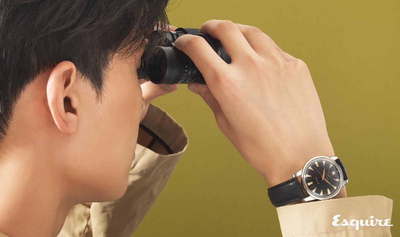 론진 콘퀘스트 레플리카, 케이스 지름 35mm, 스테인리스 스틸 케이스, 빈티지 시계를 살 필요가 없을 정도로 충실한 빈티지 복각 시계. 100만원대. 트렌치코트 노앙. 쌍안경 빅센.
