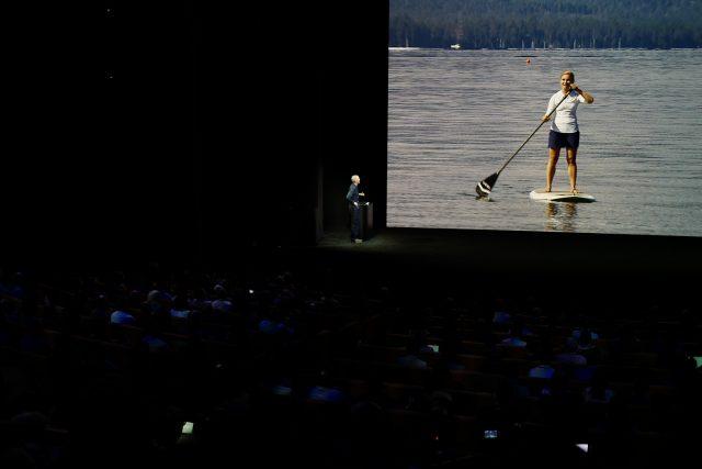 호수 한 가운데서 카누 위에 올라탄 채 바람을 맞으며 애플워치 시리즈3로 통화를 하는 모습. 목소리가 또렷하게 전달된다.