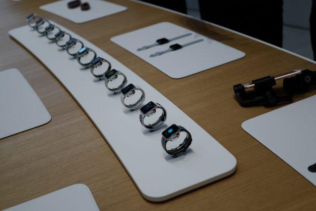 핸즈온 섹션에 줄 지어 있는 애플워치 시리즈 3