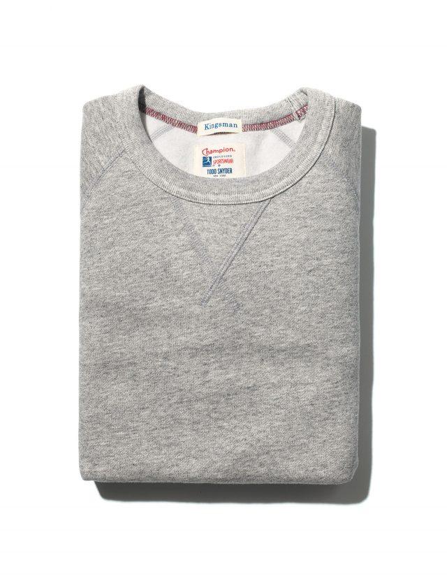 (보이진 않지만) 왼팔에 줄무늬 장식이 있는 스웨트셔츠. 미국 친구들 '스테이츠맨'이 추가되며 미국 브랜드도 합류했다. 토드 스나이더 130파운드.