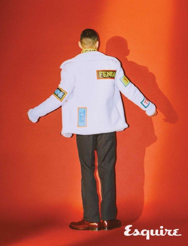 집업 재킷, 패치워크 가죽 재킷, 바지 모두 펜디. 구두 보테가 베네타.