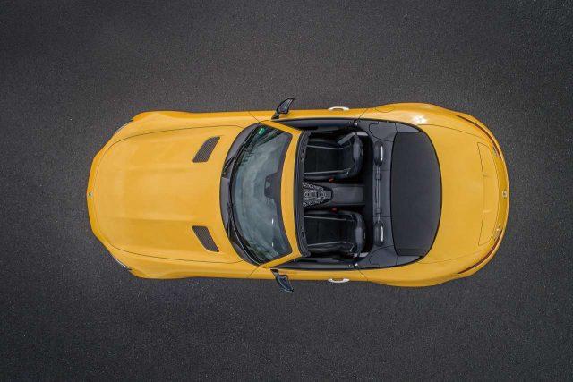 EXTERIOR보닛이 길고 엉덩이가 짧다. 비율과 선은 여유롭고 낭만적이지만 그것으로 이 차의 성능을 예측해선 안 된다. 이 차의 이름은 메르세데스-AMGGTC 로드스터다. 딱 두 명만 탈 수 있고, 우리가 이미 알고 있는 메르세데스-AMGGTS보다 한 단계 높은 고성능 모델이다.