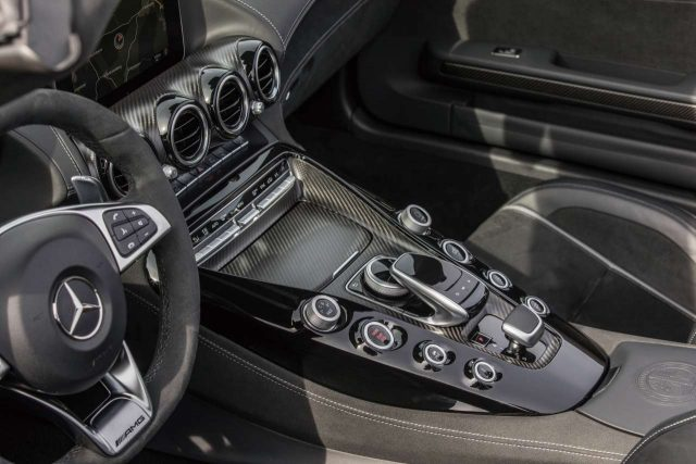 차 내부는 알칸타라와 가죽, 각종 기능에 필요한 버튼의 조합이 현란하면서도 조화롭다. 손을 뻗으면 꼭 필요한 버튼이 손끝에 닿는다.