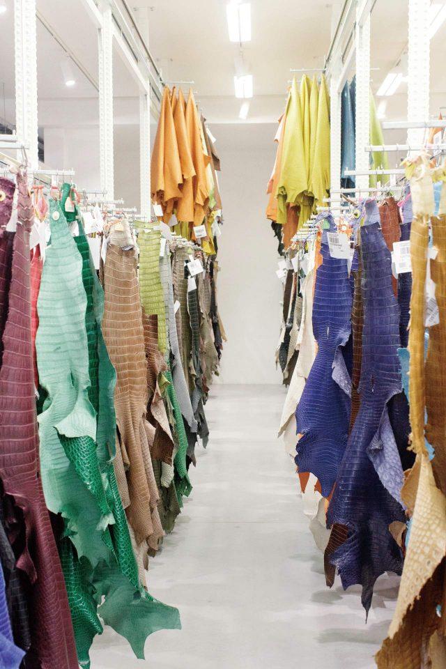 밝게 염색한 수입 가죽 보관실.