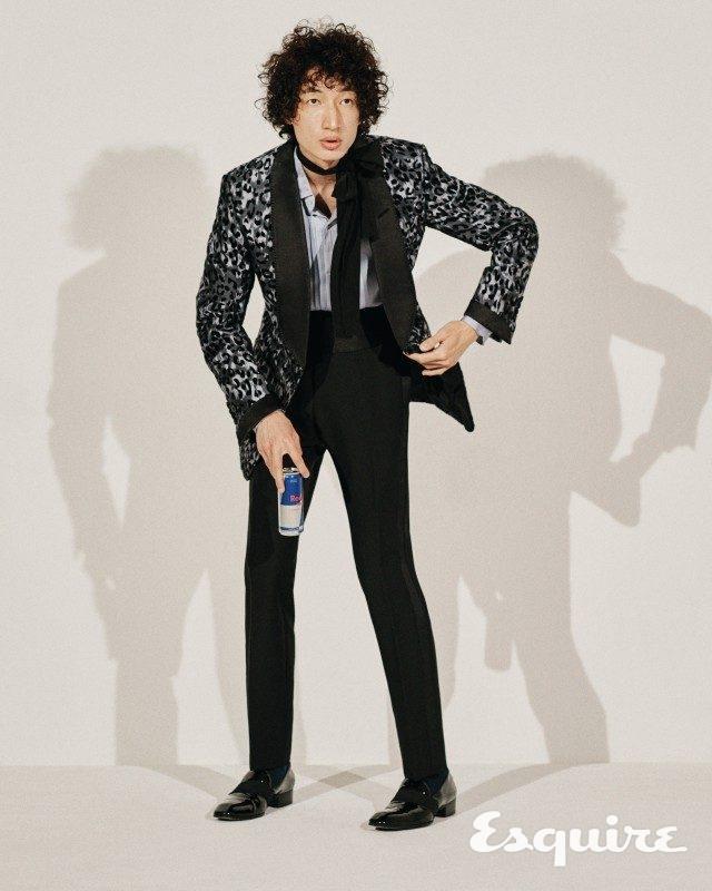 턱시도 재킷, 턱시도 셔츠, 턱시도 바지, 이브닝 로퍼, 커머번드 모두 가격 미정 톰 포드. 실크 스카프 가격 미정 김서룡.