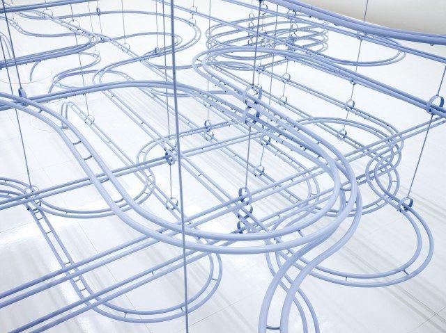 코스와 스나키텍처의 작품 'Loop'. 정밀 공학 기술을 통해 유리구슬 10만 개가 400m 선로를 따라 움직이며 예측할 수 없는 순간을 만들어낸다.