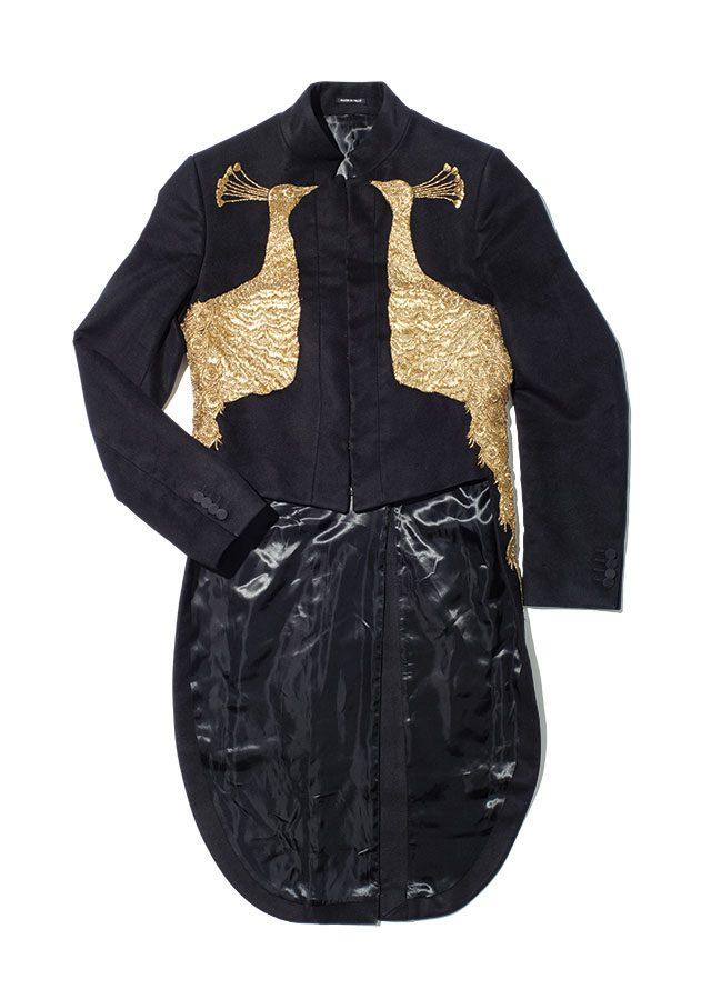 공작 자수 장식의 검은색 재킷. 7475파운드 알렉산더 맥퀸.