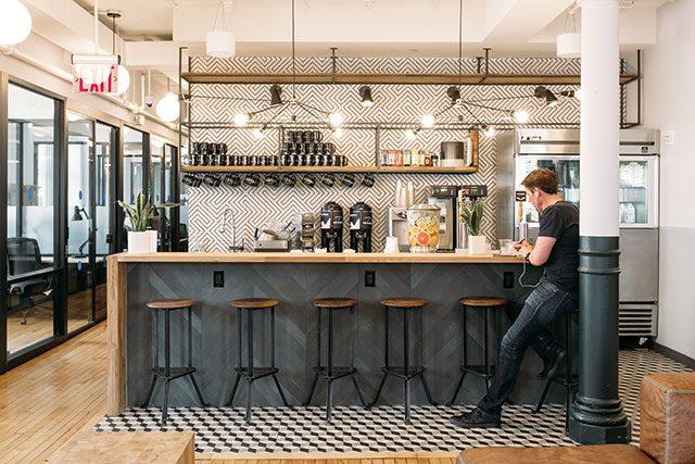 뉴욕 소호에 있는 위워크의 라운지. 이곳에서 제공하는 음료를 즐기며 새로운 관계를 만들 수도 있다.