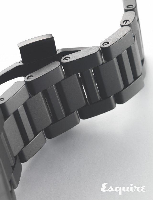 이 시계의 세라믹 브레이슬릿은 가볍되 빈틈없는느낌으로 손목에 감긴다. 사진에서 보듯 브레이슬릿에 체결된 각 부품의 회전 반경이 넓기 때문이다.